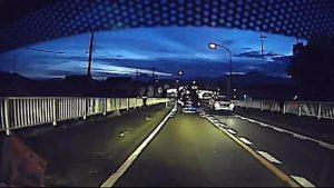 煽り運転で車を停車させ「降りろ」と騒ぎ窓ガラスを割る犯罪者!