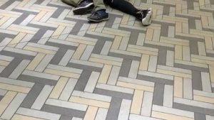 横浜駅にて盗撮犯を女の子の彼氏が捕まえていた!