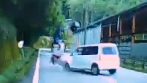 バイクに対向車がセンターラインを飛び出し衝突し吹っ飛ぶ動画!
